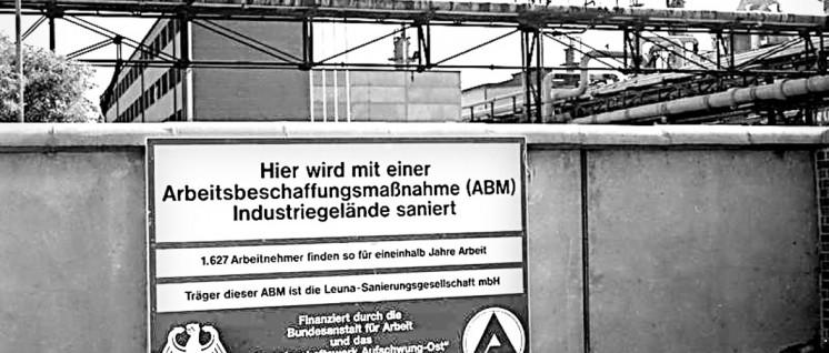 Leuna-Werke: Anderswo folgte nach dem 3. Oktober 1990 Schließung, Leerstand oder gar der Abriss … Zwei Millionen Arbeitsplätze gingen verloren. (Foto: Bundesarchiv/ Bild-F089027-0001_Leuna_Industrieanlagen)