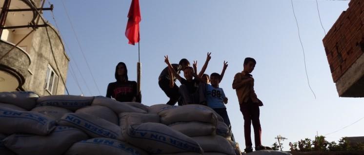Spielen auf Sandsäcken: Kinder auf einer der Barrikaden von Cizre. (Foto: Olaf Matthes)