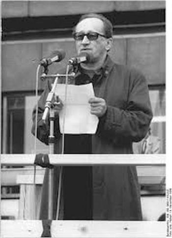 """Heiner Müller: """"Wenn in der nächsten Woche die Regierung zurücktreten sollte, darf auf Demonstrationen getanzt werden"""".  4.11.1989, Berlin-Alexanderplatz"""