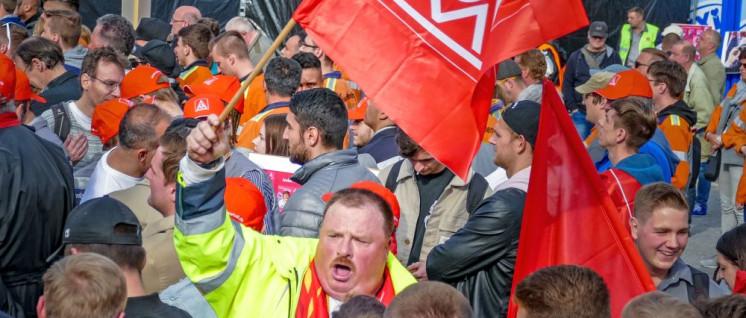 Wütend heißt nicht immer klassenbewusst, 30 Jahre der Defensive spiegeln sich im Bewusstsein wider. (Kollegen von Thyssenkrupp in Bochum protestieren gegen Stellenabbau). (Foto: Thomas Range)