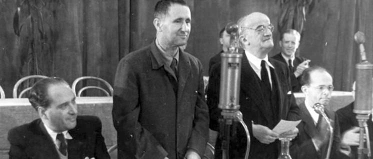 Friedenskundgebung des Kulturbundes am 24. 10. 1948 in Berlin. Im Bild Julius Hay, Bert Brecht, Ernst Legal, Alexander Abusch (Foto: Bundesarchiv, Bild 183-H0611–0500-001)
