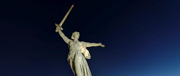 """Das Denkmal """"Mutter-Heimat ruft!"""" wurde 1967 nach einem Entwurf des Bildhauers Jewgeni Wutschetitsch errichtet und erinnert an die Schlacht von Stalingrad. (Foto: [url=https://commons.wikimedia.org/wiki/Category:The_Motherland_Calls?uselang=de#/media/File:Volgograd._Mamayev_Kurgan._%C2%ABThe_Motherland_Calls%C2%BB_P8060426_2200.jpg]Alexxx1979/Wikimedia Commons[/url])"""