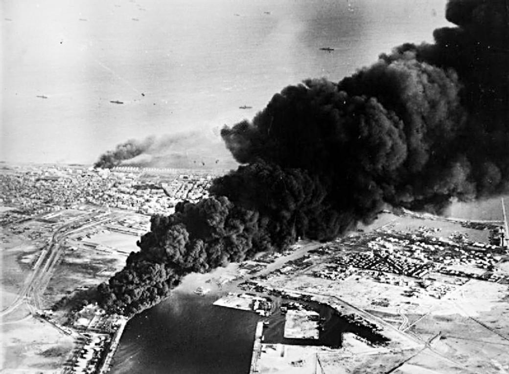 Rauch steigt aus Öltanks neben dem Suez-Kanal auf: Der erste anglo-französische Angriff auf Port Said am 5. November 1956