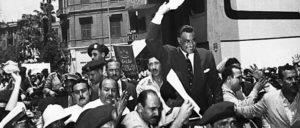1956: Gamal Abdel Nasser wird von Anhängern gefeiert. (Foto: CIA/public domain)