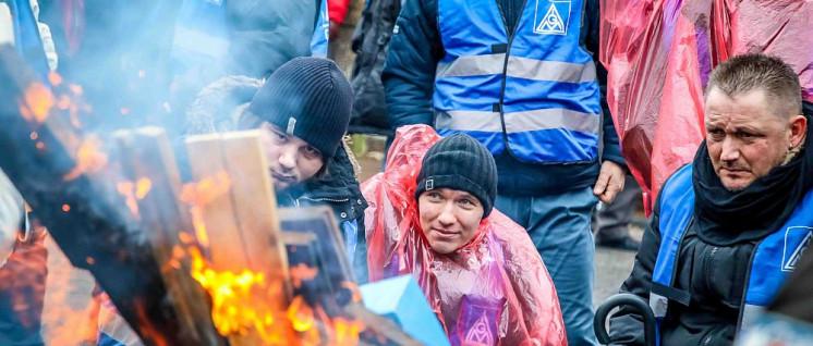 Wollen nicht zu Kollateralschäden werden: Streikende beim Autozulieferer ZF Friedrichshafen in Gelsenkirchen (Foto: Thomas Range)