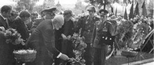 Beerdigung von Reinhold Huhn. Der Gefreite der Grenztruppen der DDR wurde am 18. Juni 1962 an der Berliner Mauer in Berlin-Mitte von einem Schlepper aus West-Berlin erschossen. (Foto: Bundesarchiv, Bild 183-94642-0003 / Gahlbeck, Friedrich / CC-BY-SA 3.0)