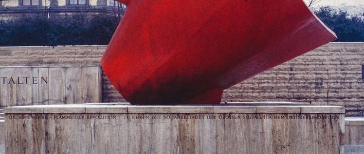 Sie lodert zwar nicht, bleibt aber sichtbar (Foto: [url=https://commons.wikimedia.org/wiki/File:Halle_(Saale),_Fahnenmonument_--_1980_--_12.jpg]Dietmar Rabich/Wikimedia Commons[/url])