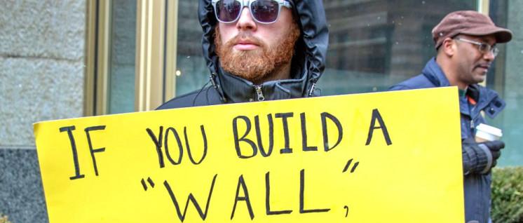 Wenn ihr eine Mauer baut, werden wir sie  einreißen.– Protest gegen Trumps Notstand. (Foto: [url=https://www.flickr.com/photos/becker271/47089671972]Becker1999[/url])