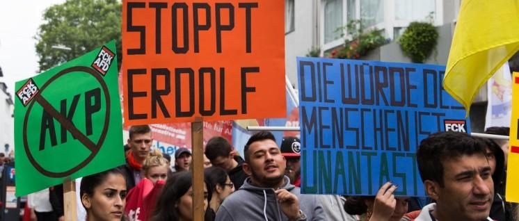 Gegen Rechte und Faschisten in Deutschland und der Türkei: Bei der Demonstration gegen die Pro-Erdogan-Kundgebung.  (Foto: redpicture)