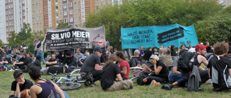 Kein Vergessen: Antifaschistinnen und Antifaschisten halten  die Erinnerung an die Ereignisse von damals wach – hier bei einer Gedenkaktion zum 20 Jahrestag 2012. (Foto: Gabriele Senft)