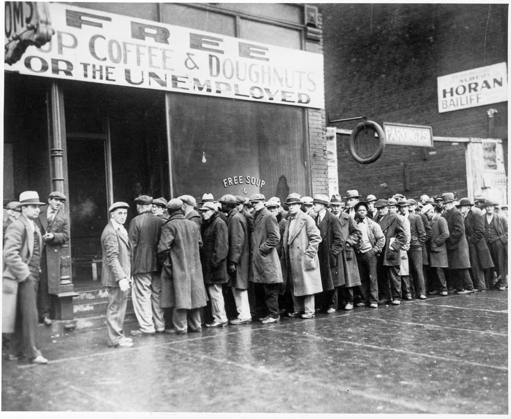 """""""Kostenlose Suppe, Kaffee und Donuts"""" für die Arbeitslosen. Diese Suppenküche wurde 1931 von Al Capone in Chicago gegründet."""