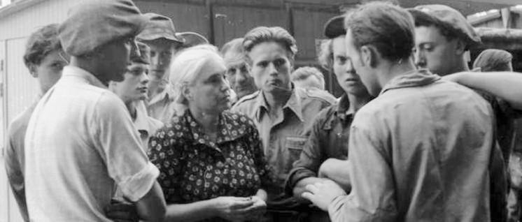 Anna Seghers 1953 in Berlin im Gespräch mit Bauarbeitern. (Foto: wikicommons)
