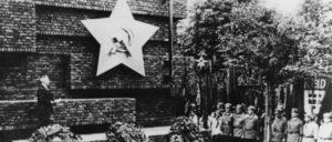 Berlin 1926: Einweihung des Revolutionsdenkmals nach dem Entwurf von Ludwig Mies van der Rohe durch Wilhelm Pieck (Foto: Bundesarchiv/CC-BY-SA 3.0)