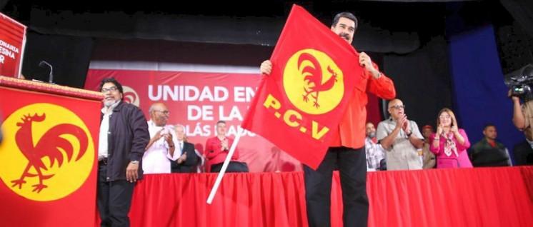 Venezuelas Präsident Maduro nach der Unterzeichnung des Abkommens zur konsequenten Bekämpfung der Krise mit der Fahne der PCV. (Foto: PCV)