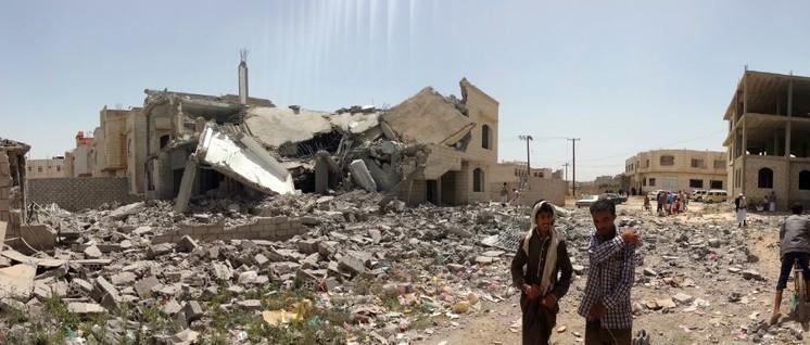 Während der Iran für die Zerstörung saudischer Ölfelder verantwortlich gemacht wird, geht der Krieg gegen den Jemen weiter (Foto: [Url=https://commons.wikimedia.org/wiki/File:Destroyed_house_in_the_south_of_Sanaa_12-6-2015-1.jpg?uselang=de]Ibrahem Qasim[/url])