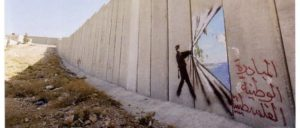 Kunstwerk von Banksy auf der Westbank-Seite der Apartheid-Mauer (Foto: [url=https://www.flickr.com/photos/43405897@N04/4347328614/in/photostream/]Wall in Palestine / flickr.com[/url])