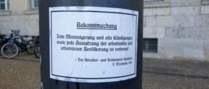 Nachgedrucktes Plakat von 1918 vor dem Neuköllner Rathaus (Foto: Stephan Hesse)