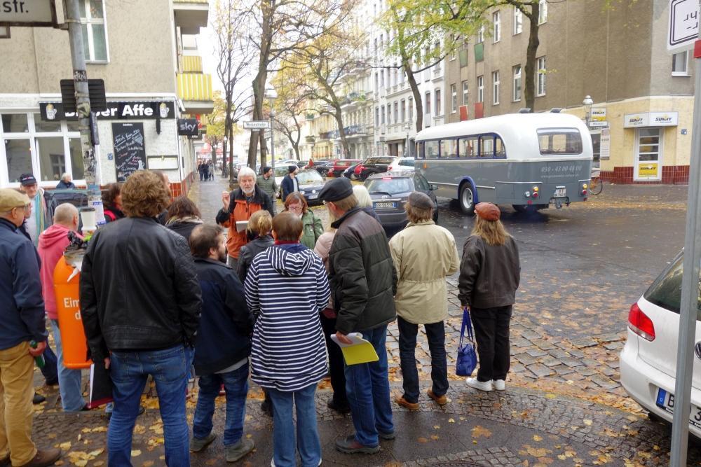 Weisestraße, Ende 2018: Die DKP führt zu Orten der Revolution. Im Hintergrund der Oldtimer-Bus, der die Teilnehmer durchs Viertel fährt.