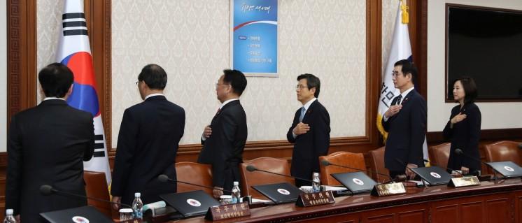 Der amtierende Präsident Südkoreas, Hwang Kyo-ahn, mit seinem Kabinett (9.Dezember 2016) (Foto: [url=https://www.flickr.com/photos/koreanet/30703843494]Republic of Korea[/url])