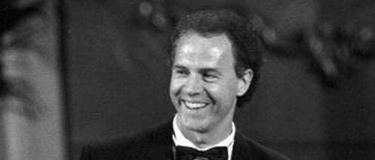 Beckenbauer erhält 1990 den Bambi in der Leipziger Oper. (Foto: Bundesarchiv 183–1990-1127–023.)