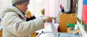 Wer darf auf dem Wahlzettel stehen? Wenn es nach der russischen Regierung ginge, keine Kommunisten mit Aussicht auf eine Mehrheit. Eine Wählerin in Russland. (Foto: Zentrale Wahlkommission der Russischen Föderation)