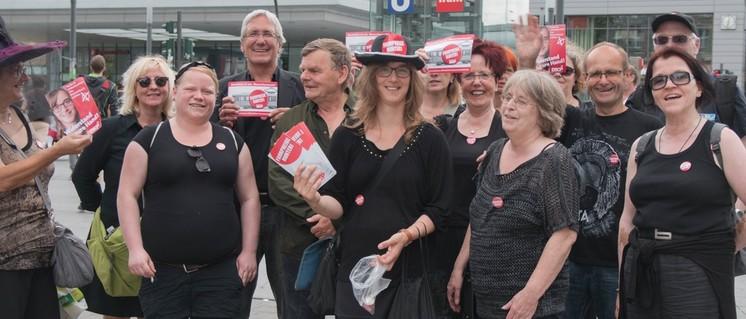 Die roten Schwarzfahrer vor dem Essener Hauptbahnhof. (Foto: Peter Köster)