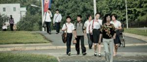Die Sanktionen gegen Nordkorea werden vor allem die Bevölkerung treffen. (Foto: [url=https://commons.wikimedia.org/wiki/File:People-street-north-korea-walk.jpg]Matt Paish/wikimedia commons[/url])