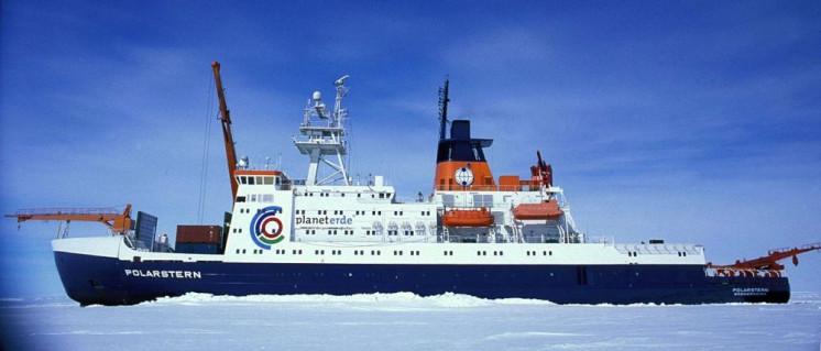 """Das deutsche Forschungsschiff """"Polarstern"""" in der Antarktis (Foto: Hannes Grobe, Alfred Wegener Institut / Lizenz: CC BY-SA 2.5)"""