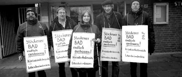 Seit Jahren unterstützt die DKP in Hannover die Forderung nach Ausbau des Stöckener Bades. Auf dem Bild als zweiter von links: Matthias Wietzer, Spitzenkandidat der DKP für die Kommunalwahl 2016. (Foto: DKP Hannover)