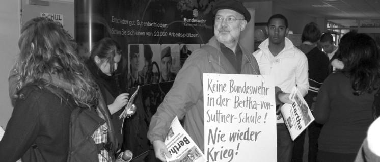 Gerd Schulmeyer protestiert gegen den Werbeauftritt der Bundeswehr in der Bertha-von-Suttner-Schule. (Foto: Dietmar Treber)