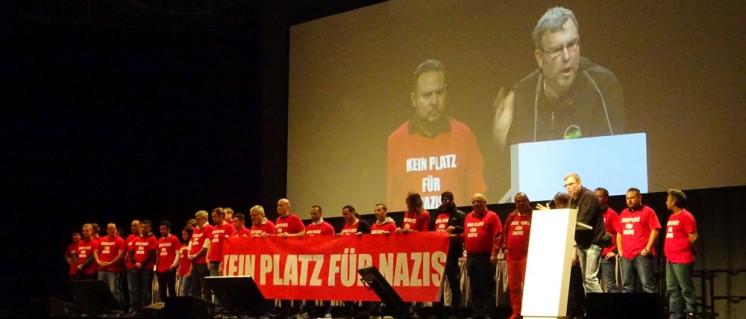 """Kein Platz für Nazis""""– Daimler-Kollegen kommentieren den Auftritt von Hilburger, Gründer der rechten Spalterliste, bei der Belegschaftsversammlung am 22.März im Werk Untertürkheim. (Foto: UZ)"""