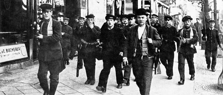 Unter den Linden am 10. November 1918: Bewaffnete Arbeiter und Soldaten (Foto: Archiv)