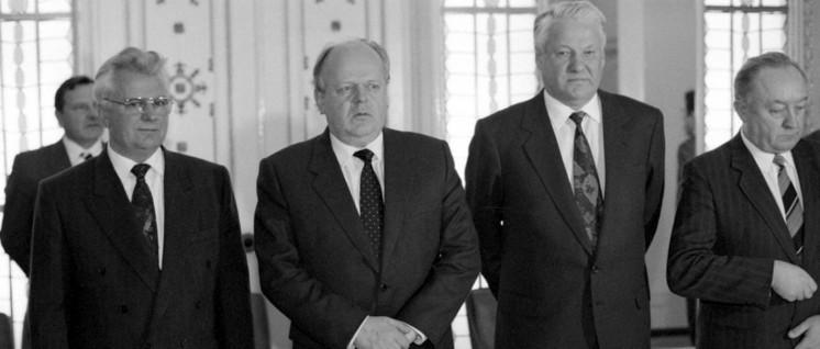 Am 8.Dezember 1991 unterzeichneten Boris Jelzin (2. von rechts), Leonid Krawtschuk (links) und Stanislaw Schuschkewitsch (Mitte), den sogenannten Vertrag von Minsk bzw. die Vereinbarungen von Beloweschskaja Puschtscha. (Foto: RIA Novosti archive, image #52076 / Yuriy Ivanov / CC-BY-SA 3.0)