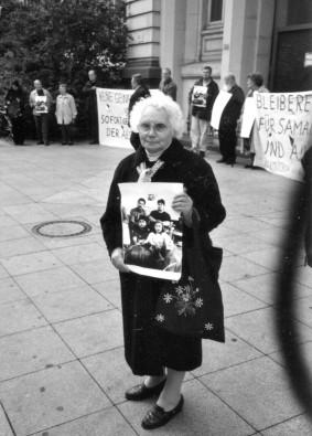 Tilly Hendricks beim Protest vor dem Duisburger Landgericht im Juli 2000 gegen Abschiebung der Romafamilie Zumberov.