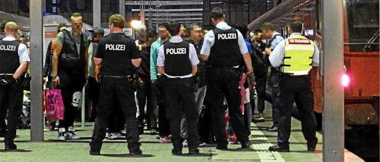 Polizeikontrolle am Münchner Hauptbahnhof im September 2015. (Foto: Wikiolo, CC-BY-SA 4.0)