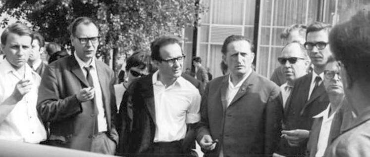 Werner Bräunig, Dr. Jochen Schäfers, Sekretär des Deutschen Schriftstellerverbandes, Werner Heiduczek (mitte) im Kreis von Kollegen, Sommer 1968 (Foto: Wolfgang Kluge/Bundesarchiv/Bild 183-G0705-0017-001)