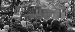 Wasserwerfer, Polizeieinsatzkräfte und Demonstranten im Stuttgarter Mittleren Schlossgarten bei Auseinandersetzungen um Stuttgart 21, 30. September 2010. (Foto: Mussklprozz/wikimedia.com/CC BY-SA 3.0)