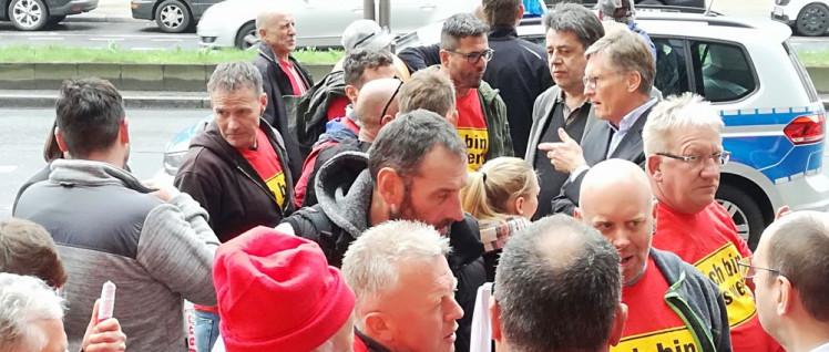 Dietmar Schäfers mit den aufgebrachten Kolleginnen und Kollegen vor dem Hotel. (Foto: Ruprecht Hammerschmidt)