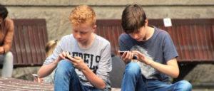 Hier und doch nicht hier: Das Smartphone entführt seine Nutzer in eine Welt, die von ihrer realen Umwelt abgekoppelt ist.  (Foto: CC0 Public Domain)