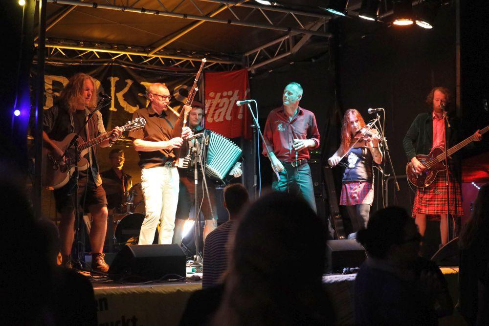 """Die Punk-Folk-Band """"The Pokes"""" begeistert das Publikum."""