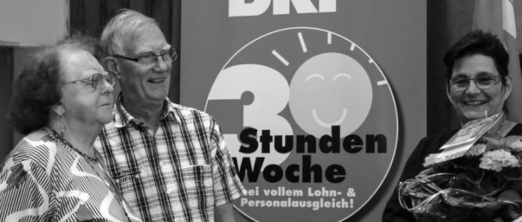 Die Bezirksvorsitzende Marion Köster verabschiedete unter tosendem Applaus Inge Thoma und Paul Schnittker, die jahrzehntelang Funktionen im Bezirk Ruhrwestfalen übernommen haben.