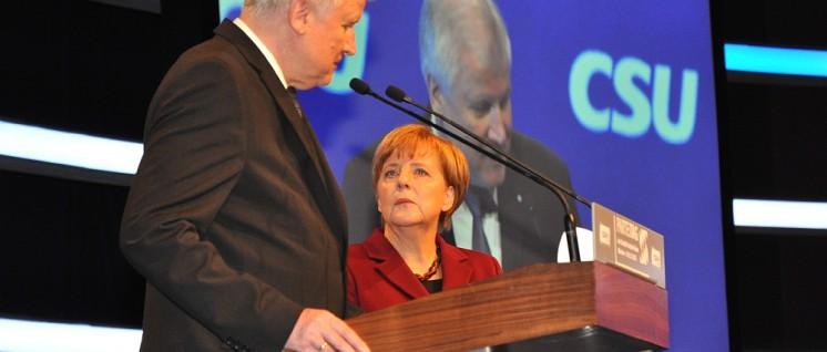 Angela Merkel mit Horst Seehofer auf dem Parteitag der CSU 2015 in München (Foto: Wikimedia Commons/Harald Bischoff/CC BY-SA 3.0)