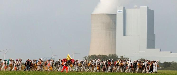 """In der vorletzten Woche blockierten tausende """"Ende Gelände-AktivistInnen"""" die Gleise, auf denen das Kraftwerk Neurath (zwischen Köln und Mönchengladbach) mit Braunkohle versorgt wird. Am Freitag wurde die Kohlebahn über neun Stunden besetzt. (Foto: [url=https://www.flickr.com/photos/133937251@N05/35983633204/in/album-72157688112802905/]Jannis Große/ flickr.com[/url])"""
