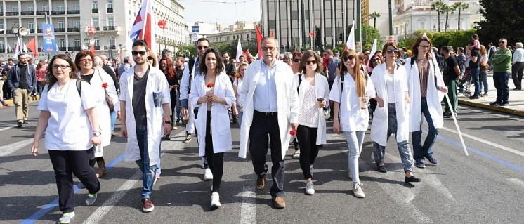 """Für die im Gesundheitssektor arbeitenden Kolleginnen und Kollegen sind die Folgen der """"Spar""""politik besonders deutlich (Demonstration am 1.Mai in Athen). (Foto: PAME)"""