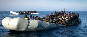 Sinkendes Schlauchboot vor der Küste Libyens (Foto: sea-watch.org)