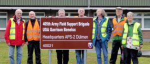 """""""Friedensfreunde Dülmen"""" beim Besuch des US-Waffendepots in den ehemaligen Tower Barracks Dülmen. (Foto: Gerd Jungmann)"""