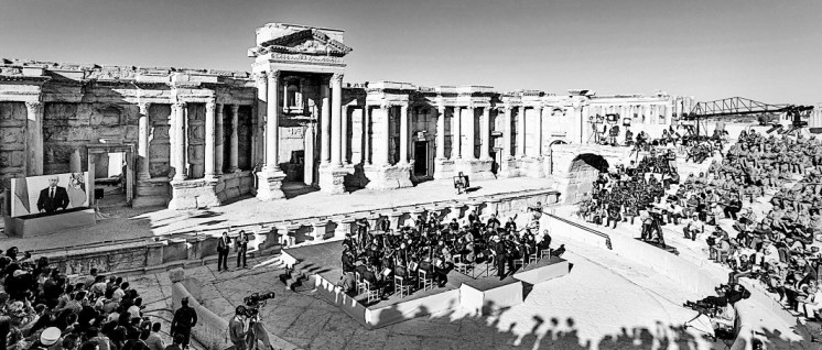 Hier wird nicht mehr gekämpft: Das Orchester des russischen Mariinski-Theaters hat am 5. Mai in einem antiken römischen Amphitheater in Palmyra gespielt. (Foto: Verteidigungsministerium der Russischen Föderation)