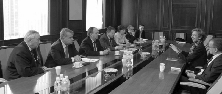 Nur ein paar Mängel: Tana de Zulueta (2 v. l., hier im vergangenen Jahr in Kiew), italienische Grünen-Politikerin und Leiterin der OSZE-Beobachtermission in der Ukraine, findet die Kommunalwahlen ziemlich demokratisch. (Foto: OSCE PA/flickr.com/CC BY-SA 2.0)