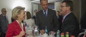 """Die deutsche Kriegsministerin Ursula von der Leyen im Gespräch mit dem damals frisch ernannten Chef des Pentagon, Ash Carter (rechts), beim """"Allianz Forum"""" am 22.6.2015 in Berlin. Zwischen den beiden Friedrich Merz, Vorsitzender der """"Atlantik-Brücke"""