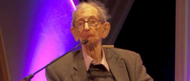 """Wenn heute weithin vom """"Zeitalter der Katastrophen"""" für den Abschnitt 1914–1945 gesprochen wird, geht das auf Eric Hobsbawm zurück. (Foto: [url=https://de.wikipedia.org/wiki/Datei:Eric_Hobsbawm.jpg]Rob Ward[/url])"""